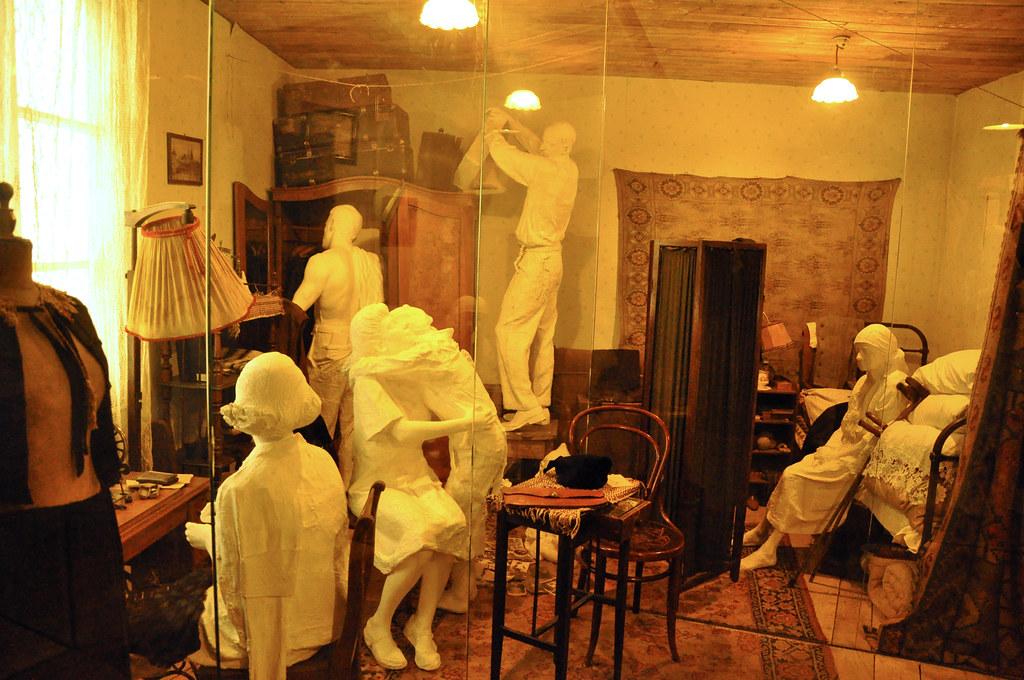 Dans le musée de la Seconde Guerre Mondiale de Cracovie, reconstitution d'une chambre du ghetto avec ses fantômes. Photo de Jennifer Boyer.