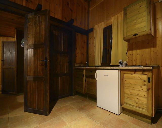 Cocina de una de las cabañas de madera del camping de las Alpujarras de Laroles