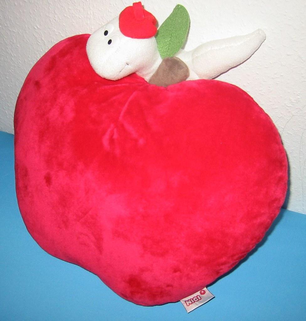 ein roter apfel mit neugierigem wurm a nici red apple cu flickr. Black Bedroom Furniture Sets. Home Design Ideas