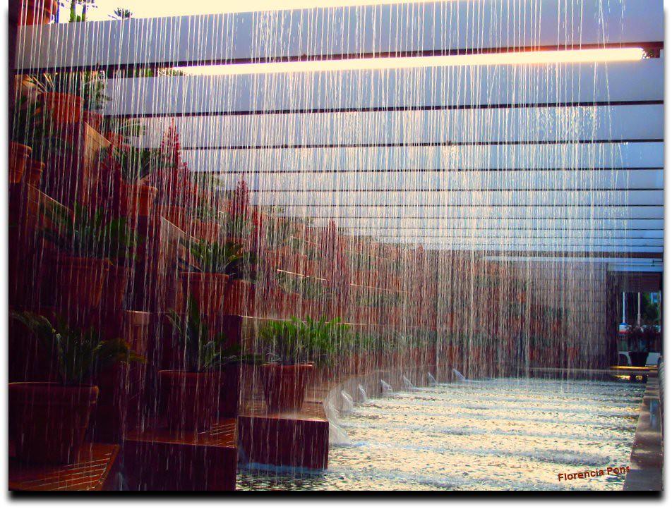 Cortina de agua entrada de un hotel en la bareceloneta for Cortinas exteriores