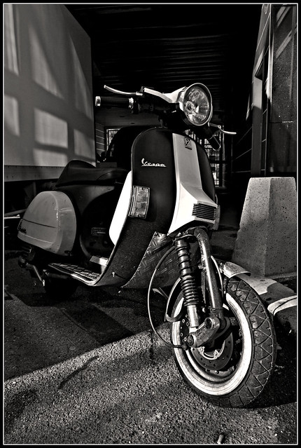 Kustom vespa in paris cafe racer flickr photo sharing for Vespa cafe racer