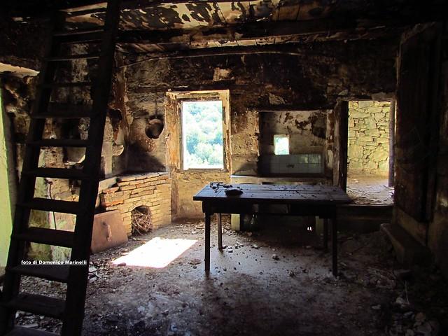 interno di una casa abbandonata nel borgo fantasma do