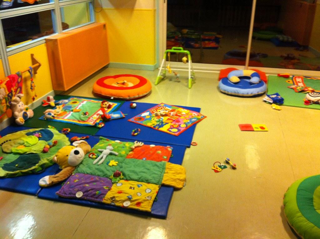 salle de cr che jeux en salle de cr che tapis de sol. Black Bedroom Furniture Sets. Home Design Ideas