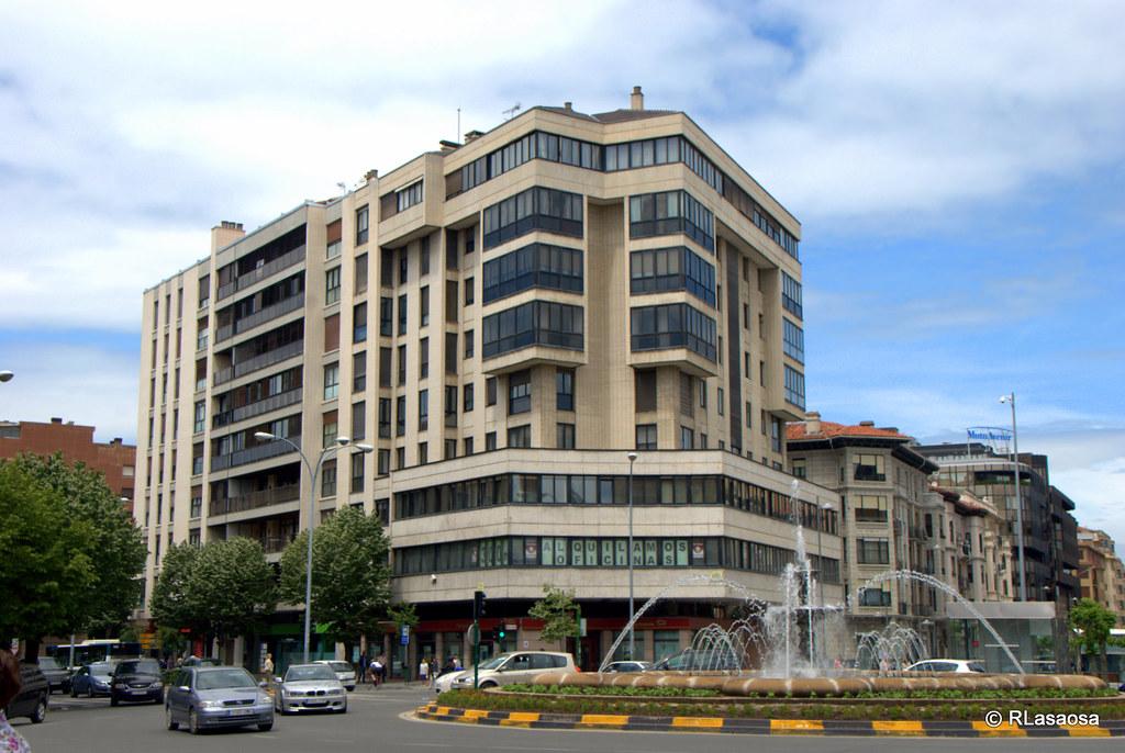 Plaza de las merindades pamplona edificio de oficinas y for Oficinas bankia pamplona
