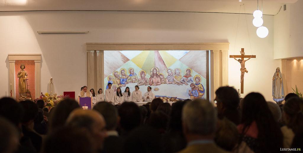 Le prêtre commence ainsi la cérémonie, sous le regard attentif à sa droite de l'image de Notre Dame de Fatima