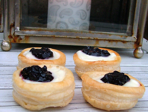 Vol-au-vent with vanilla pudding and Blueberry Jam | by briiblog
