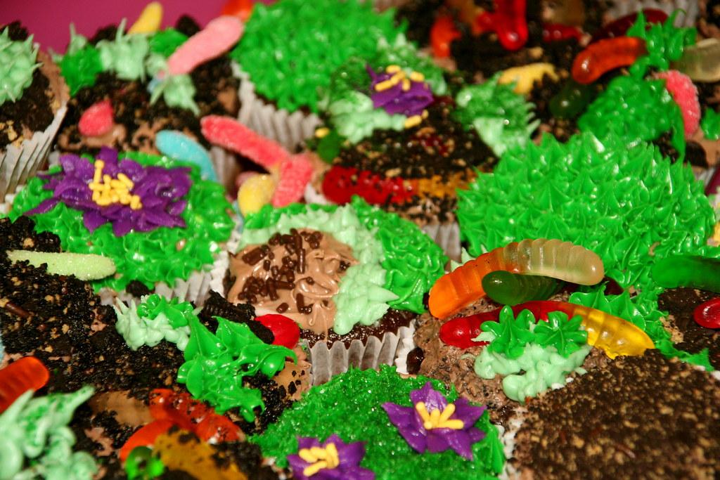 Dirt Garden and Worm Cupcakes | Chocolate cupcake, chocolate ...