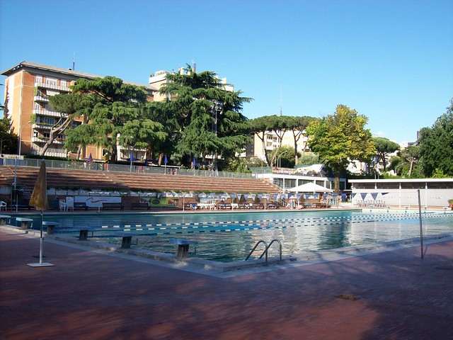 Roma eur piscina delle rose vista dal basso flickr for Piscina wellness roma