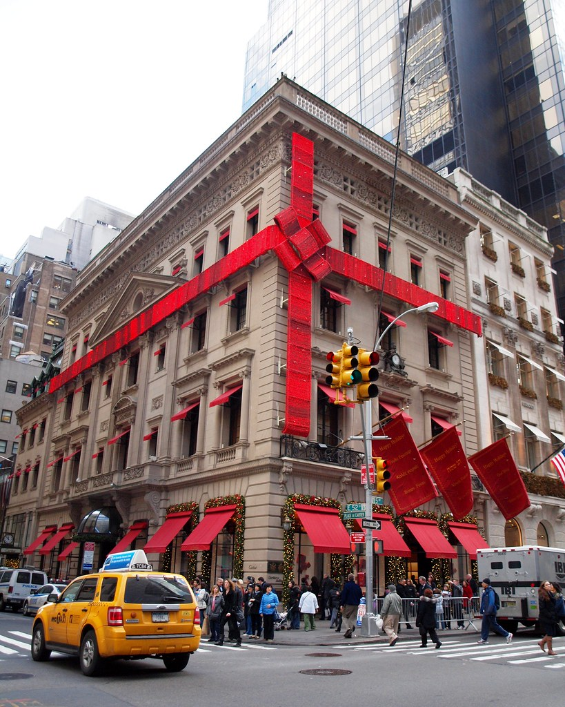 Red ribbon wrapped cartier building on fifth avenue midto for Jewelry stores in usa