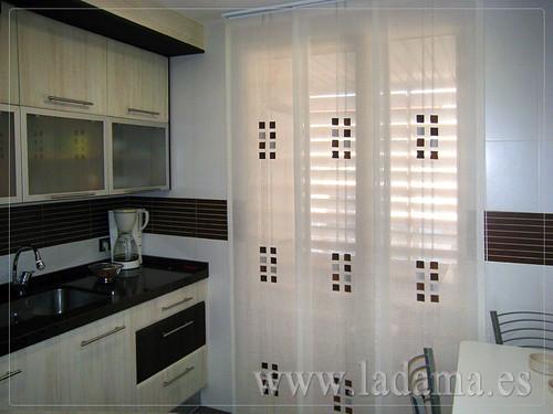 Cortinas para cocina visillos y estores con tejidos for Cortinas para puerta cocina
