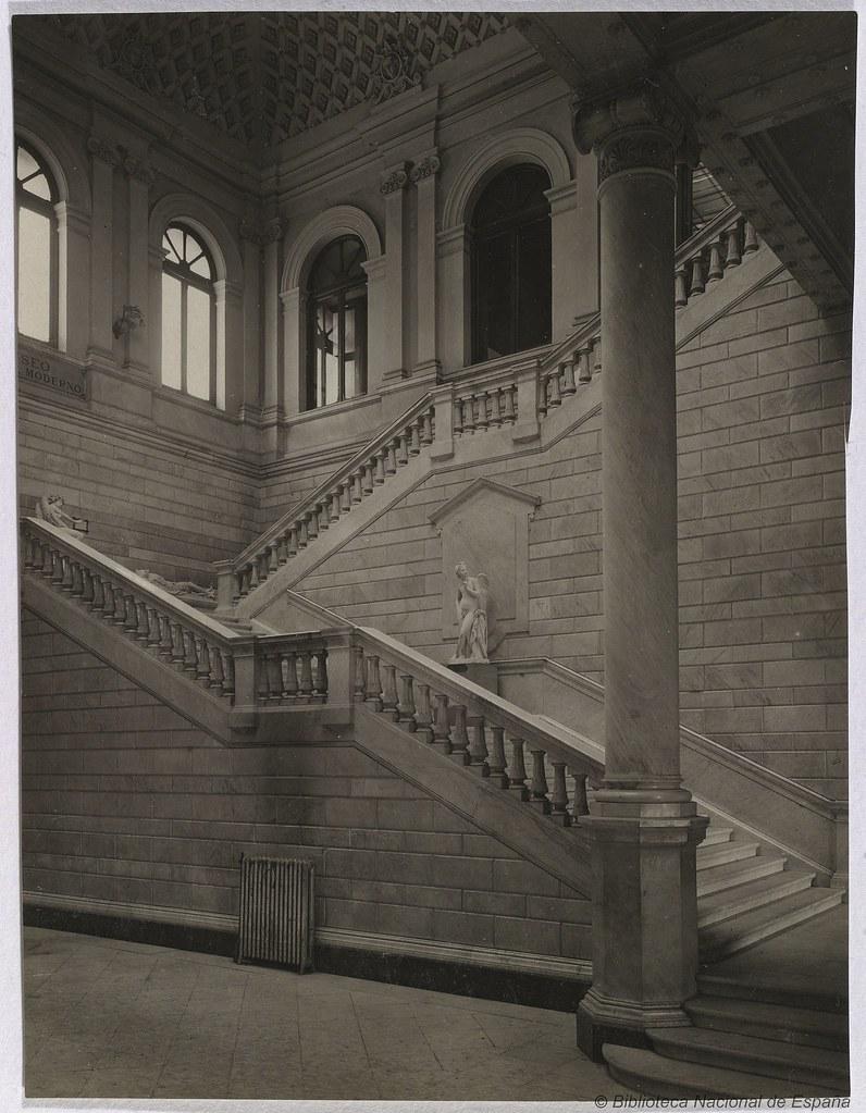 Escalera principal de la biblioteca nacional vista de for Biblioteca debajo de la escalera