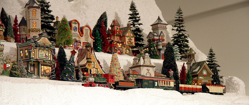 Southern California Electric >> A train passing on Christmas Village mountain. Miniature E ...