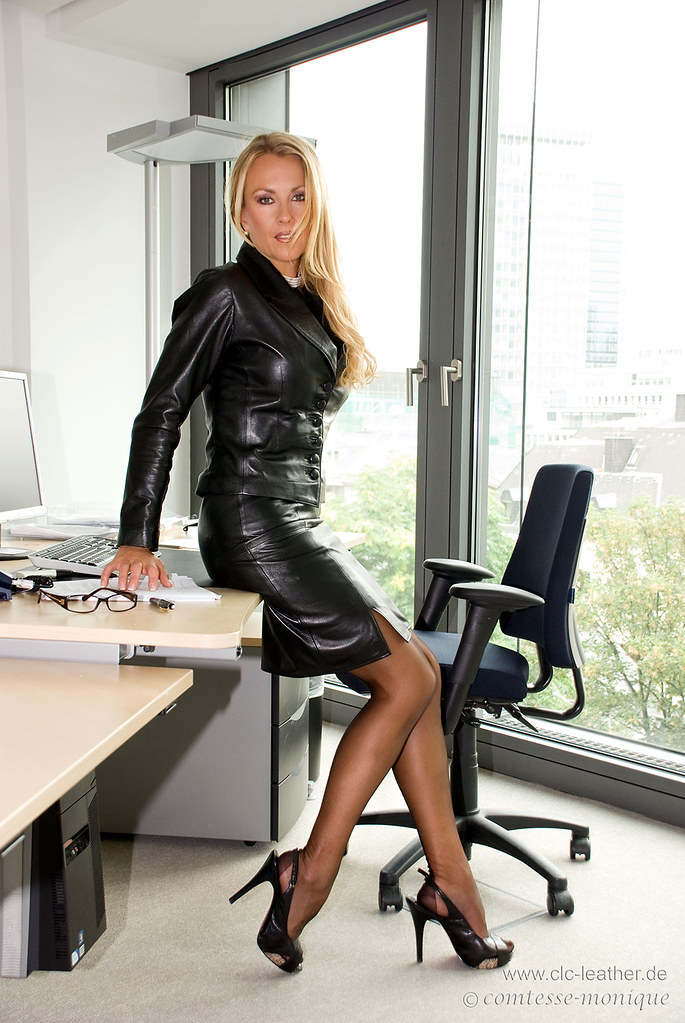 фото чулки в офисе