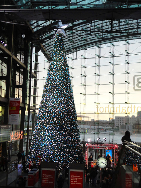 weihnachtsbaum im berliner hauptbahnhof flickr photo. Black Bedroom Furniture Sets. Home Design Ideas