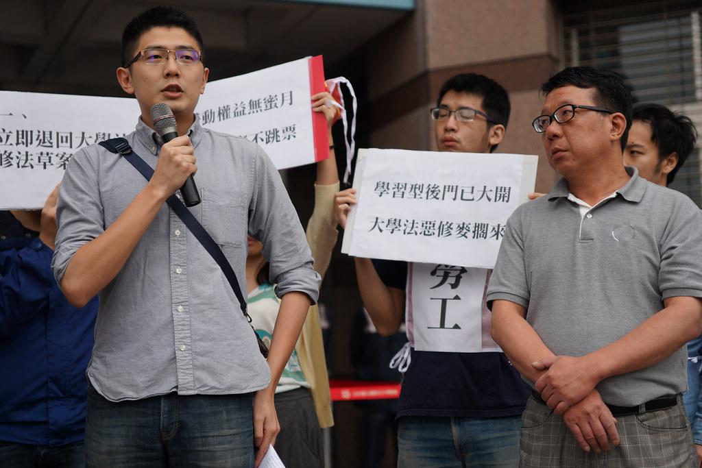 黃守達(左)曾任台大工會發言人、理事長,現為民進黨青年部副主任,代表黨出面回應學生訴求。(攝影:王顥中)