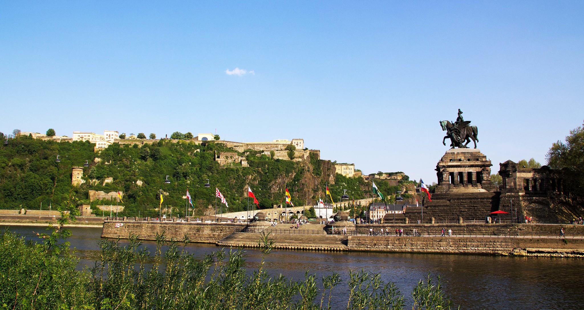 Koblenz im Buga-Jahr 2011 - Das Deutsche Eck mit der Festung Ehrenbreitstein im Hintergrund
