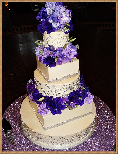 multi tier wedding cakes multi tiered wedding cake w fresh flowers flickr 17662