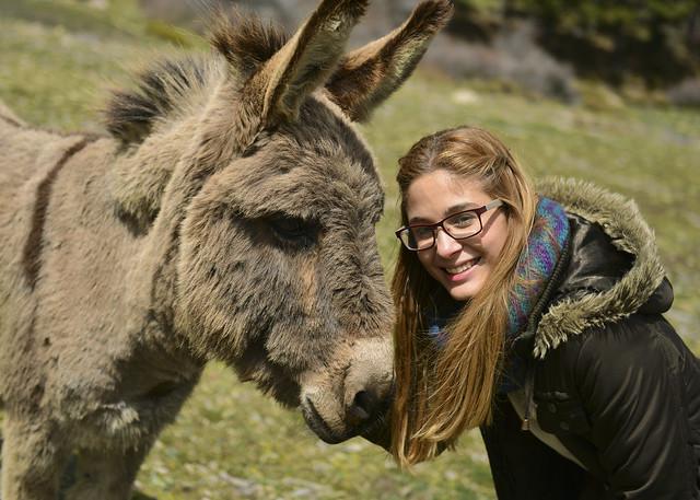 Mi amiga Priscila con el burro Codichón en el Puerto de la Ragua