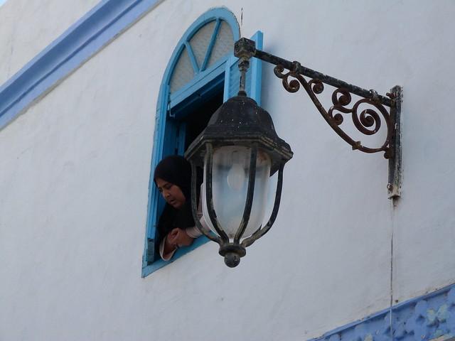 Mujer asomada a la ventana en Tetuán (Marruecos)