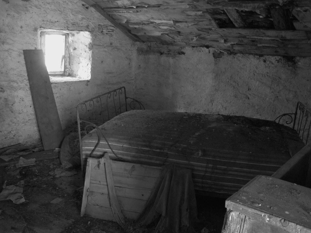 Interno di una casa abbandonata di narbona valle grana cun for Interno b 197 orari