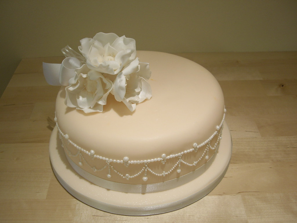 a stunning single tier wedding cake with piped pearls and flickr. Black Bedroom Furniture Sets. Home Design Ideas