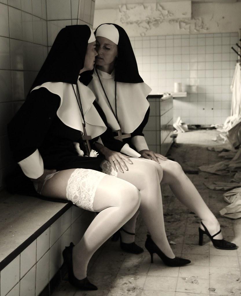 Сексуальная монашка лесби 2 фотография