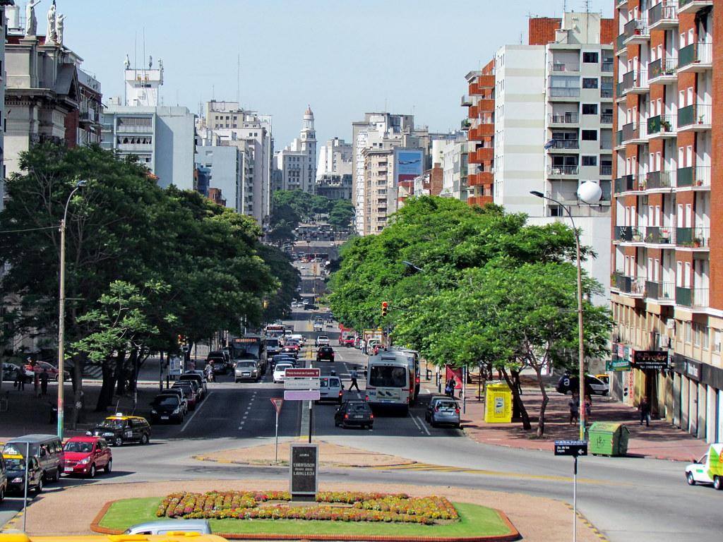 Avenida del libertador montevideo uruguay this view of for Avenida muebles uruguay