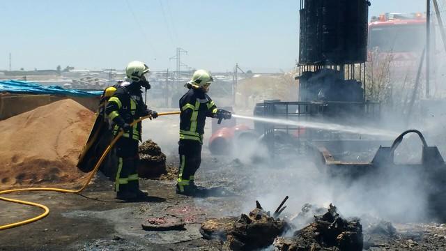 AionSur 27573460261_a4f414599c_z_d Un incendio en el patio trasero de la empresa Arasol provoca una espesa columna de humo Sin categoría