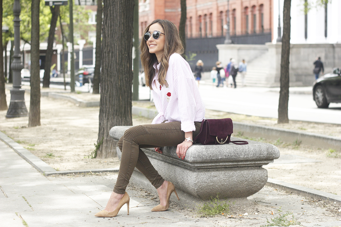 shirt with patches khaki pants nude heels burgundy bag uterqüe accessories style fashion01
