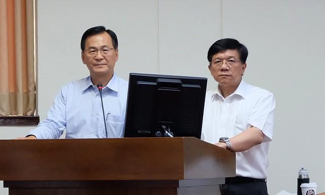 經濟部長李世光(右)與台電董事長黃重球就台電用電資訊公開問題回答立委質詢 攝影:陳文姿