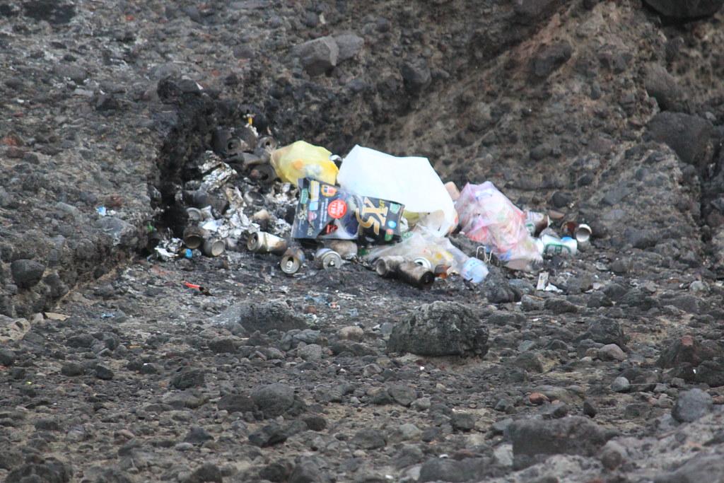 「燒焦的角落」,有人直接在海邊燒垃圾...