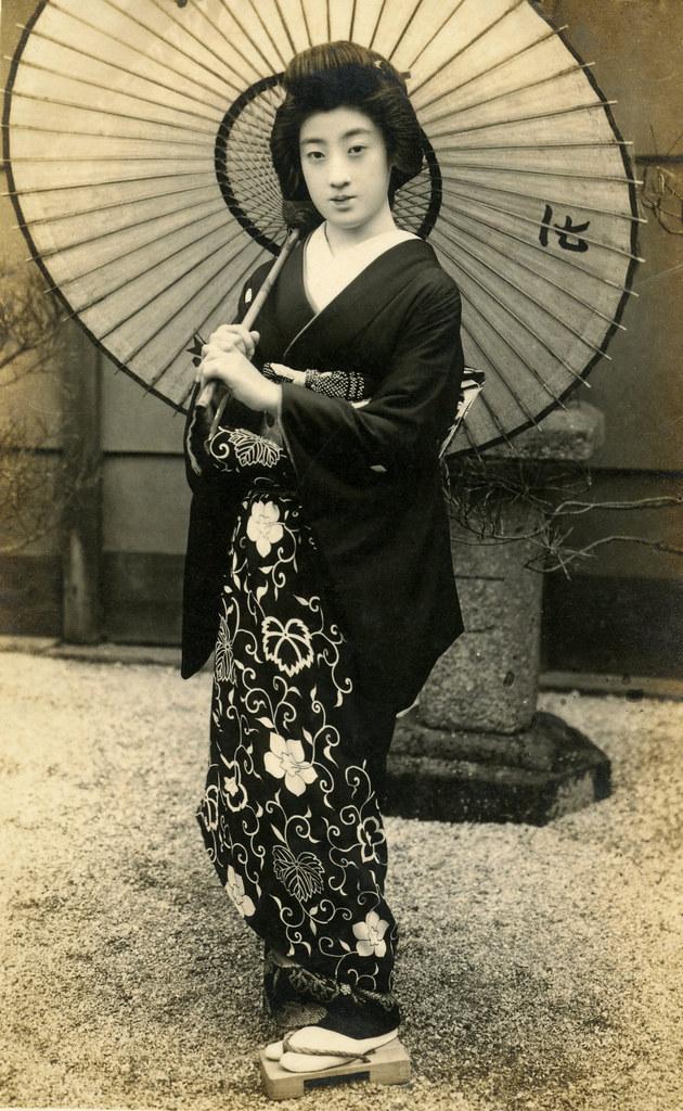 geiko tomigiku wearing a formal kimono 1920s