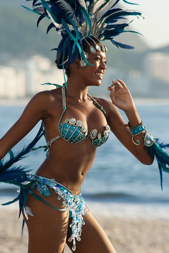 Sexy Brazilian women at Rio Carnival: Naked body paint