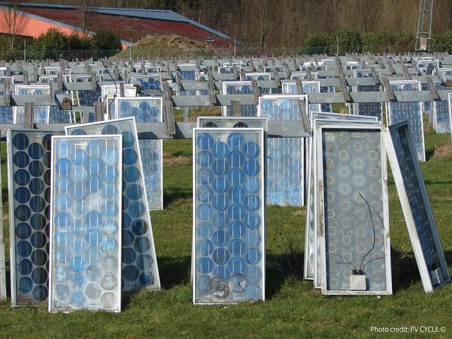 廢棄後進入回收流程的太陽能光電板。照片來源: PV CYCLE 協會。