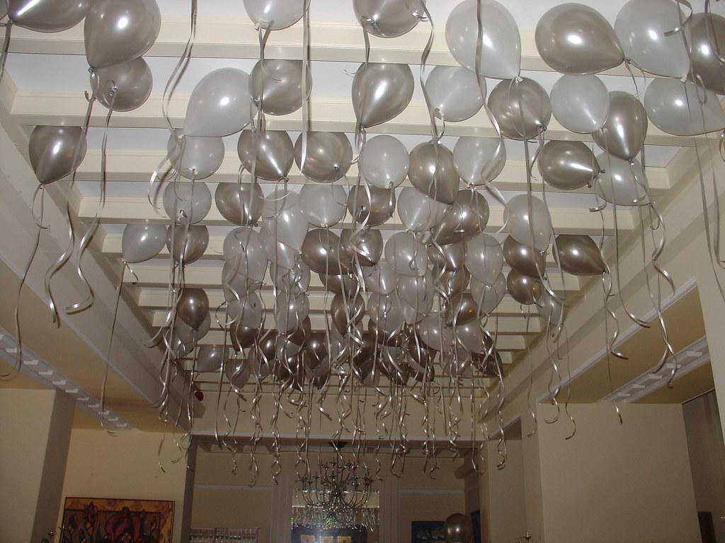 Plafond decoratie met zilveren en witte helium ballonnen h for Decoratie zilver