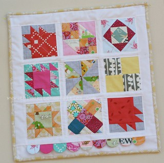 A mini quilt, and a broken sewing machine/ Un mini quilt y una máquina de coser rota. | by threekitchenfairies
