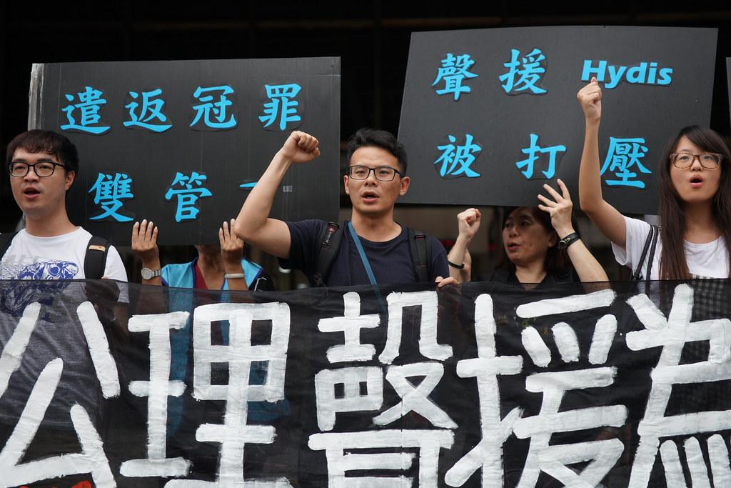 全關連成員盧其宏(中)因聲援韓國Hydis在總統府前的陳情,遭檢方依《集遊法》起訴。(攝影:王顥中)