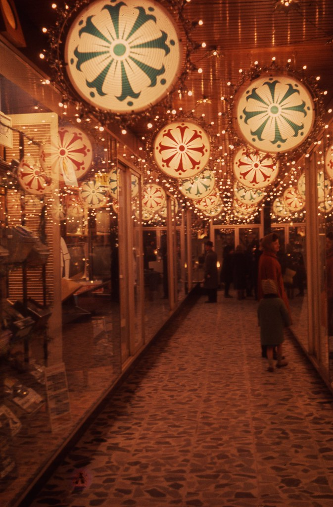 Decorations in the callers arcade this photograph is - Tableau de noel a fabriquer ...