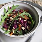 Knackiger Rotkohlsalat mit Rucola und getrockneten Aprikosen