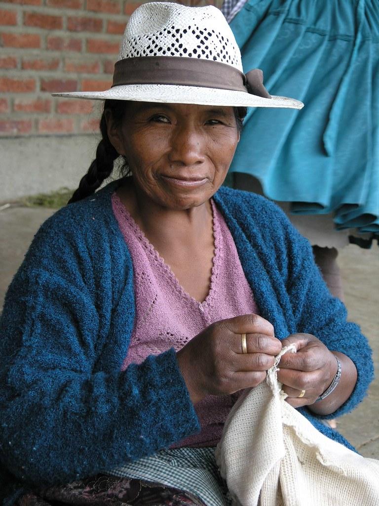Bolivian woman sewing - Mujer boliviana cosiendo; entre To ...