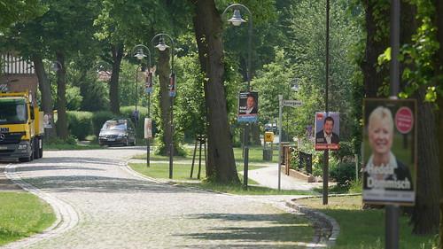 Wahlkampfplakate in der Dorfstraße