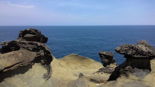 蕈狀岩頂部的蘑菇上有許多圓凹洞,遠處看似蜂窩一般,有時也稱為「蜂窩岩」。攝影:林倩如。