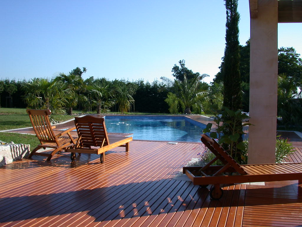 Piscine et terrasse bois hydro sud saintes piscines for Hydrosud piscine