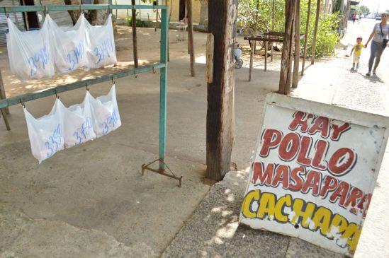Recorte o menudencias de pollo a Bs. 3000 el Kilo una venta de pollos y sardinas San Félix