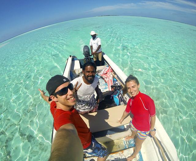 En barca por las cristalinas aguas de Maldivas en dirección a la isla desierta