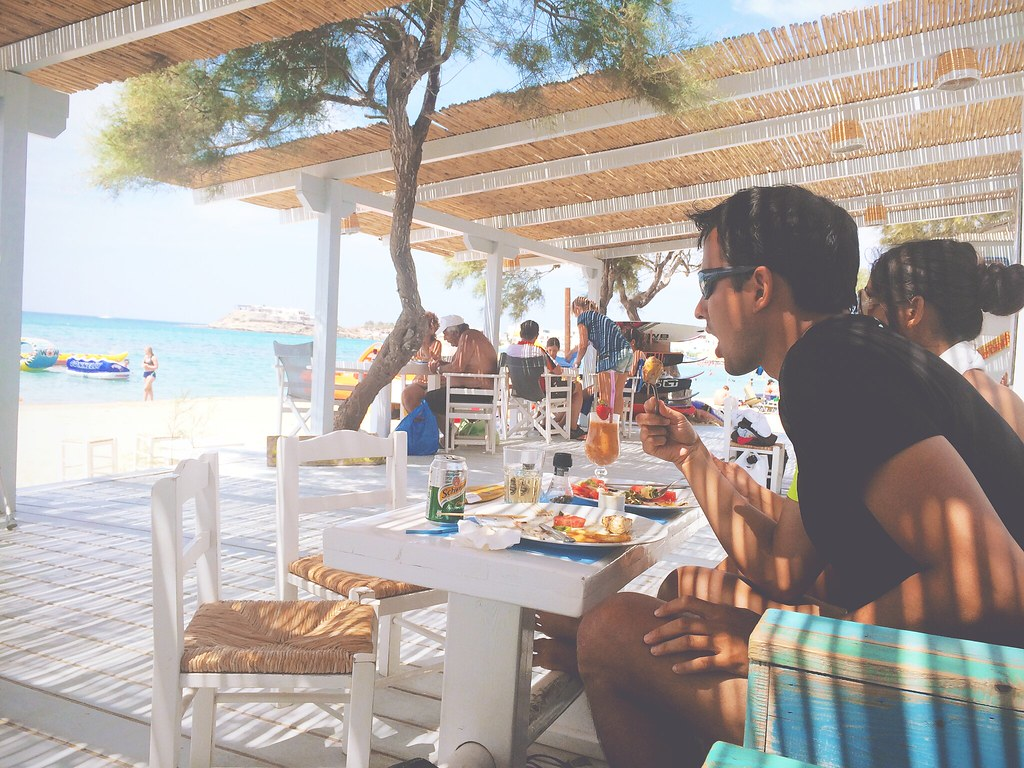 Lunching at the beach at Beachclub Flisvos, Naxos, Greece | via It's Travel O'Clock