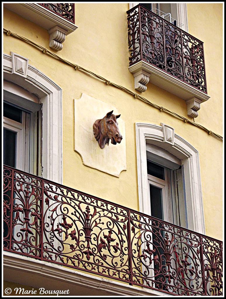 Maison avec balcon en fer forg et ornement de fa ade t for Facade maison avec balcon