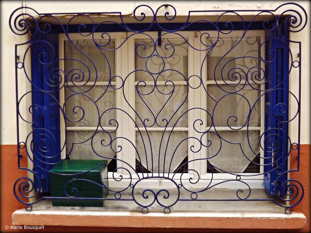 Fen tre avec volutes en fer forg bleu marie bousquet for Fenetre en fer forge tunisie
