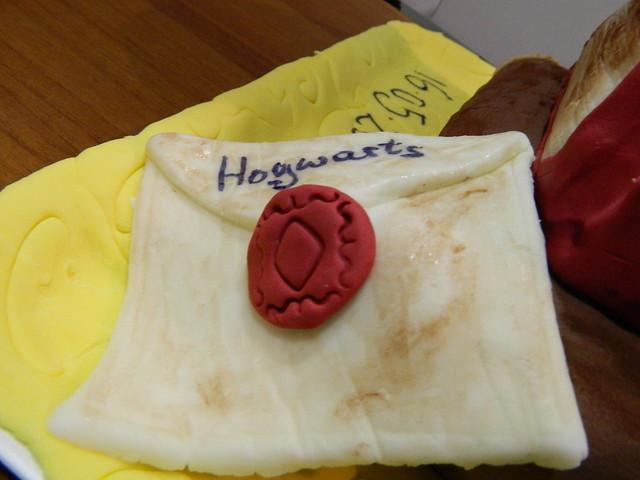 Hogwarts letter to cake ideas and designs for Decorazioni torte ninjago