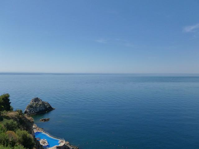 La mer et la piscine de l 39 h tel flickr photo sharing for Choupi et doudou a la piscine